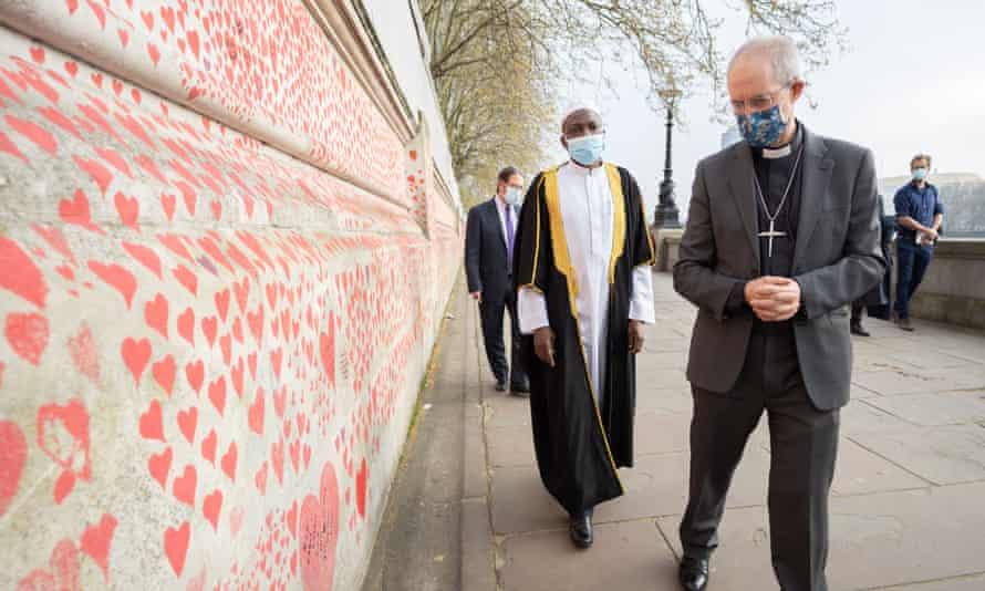 Rabbi Daniel Epstein, Imam Kazeem Fatai and the archbishop of Canterbury touring the Covid-19 Memorial Wall.