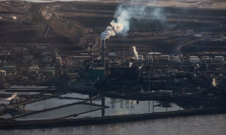 The Syncrude Oil Sands site near to Fort McMurray in Northern Alberta. Bitumen Oil Sands Tar Sands Oil refinery Canada Photograph by David Levene 22/4/15 *** FIRST USE INTENDED FOR POTENTIAL EYEWITNESS IN CONJUNCTION WITH SUZY GOLDENBERG 'CARBON BOMB' INTERACTIVE PLANNED FOR MID-MAY 2015***