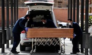 Le cercueil d'une victime de coronavirus est transporté au crématorium du cimetière de La Almudena à Madrid.