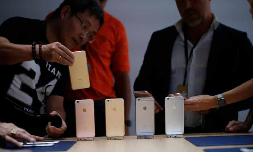 Members of the media gather around a lineup of the Apple iPhone 6s after an Apple special event in San Fransisco, September 2015.