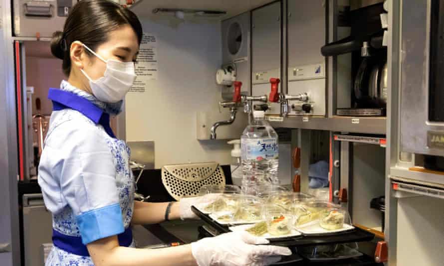 全日本空輸の客室乗務員は、羽田空港に駐機している飛行機で「チラシ」の食事を用意します。