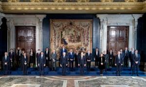 Sergio Mattarella, kiri tengah, dan Mario Draghi, kanan tengah, selama upacara pelantikan pemerintahan baru di Roma