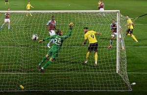 Colin Daniel de Burton Albion claque dans le premier but.