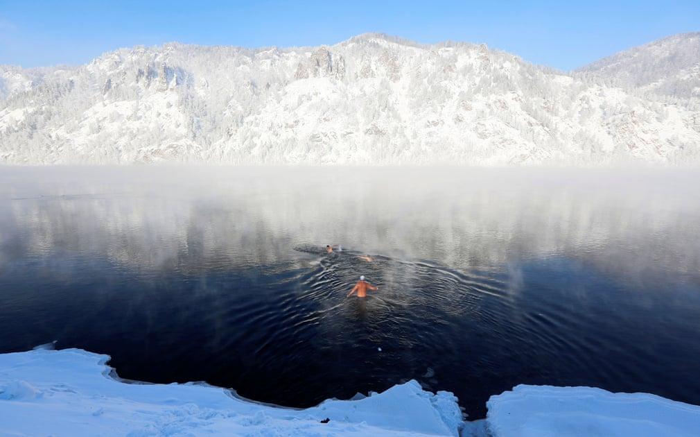 شنا در رودخانه یخ زده ینیسی روسیه، با دمای هوا در حدود منفی 28 درجه سانتی گراد
