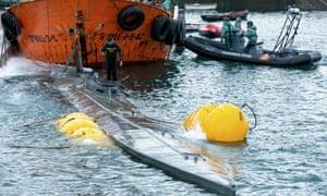 Guardia Civil agents refloat the submarine.