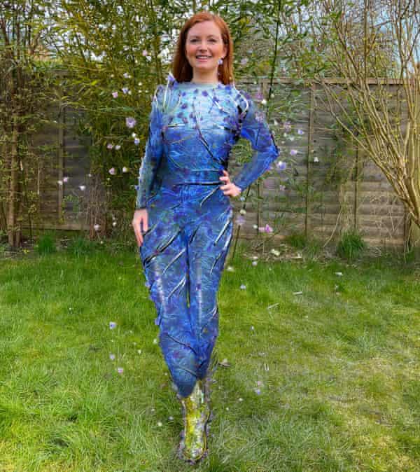 هانا ماریوت در باغچه پشتی خود ، در حال پوشیدن یک لباس بدن Auroboros و کفش شیشیگامی.