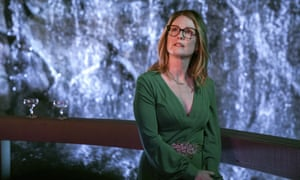 Julianne Moore as Gloria Bell.