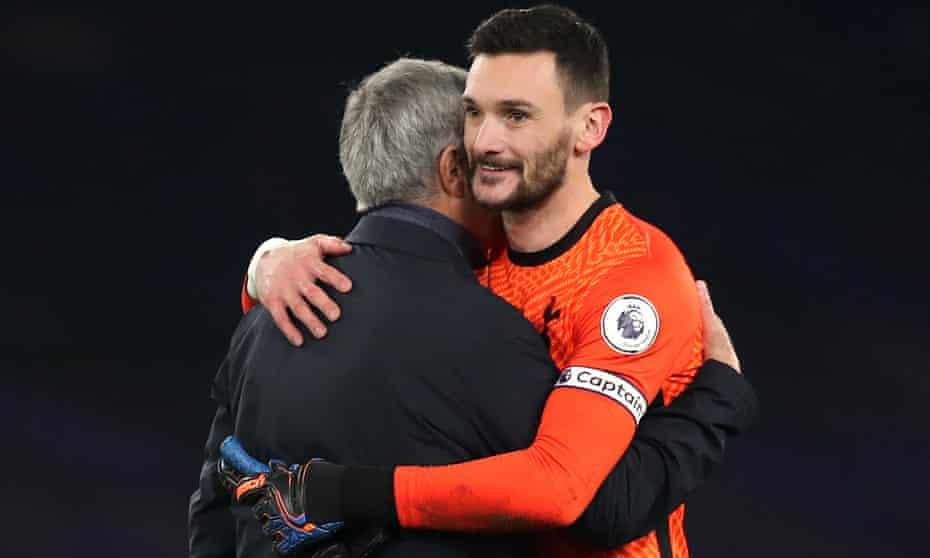 Hugo Lloris hugs José Mourinho after the draw with Chelsea