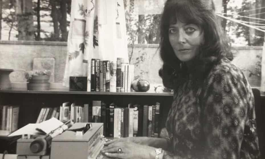 Alanna Knight only began writing in earnest after being temporarily paralysed in 1964 by a rare nervous disorder, and receiving an electric typewriter as therapy.