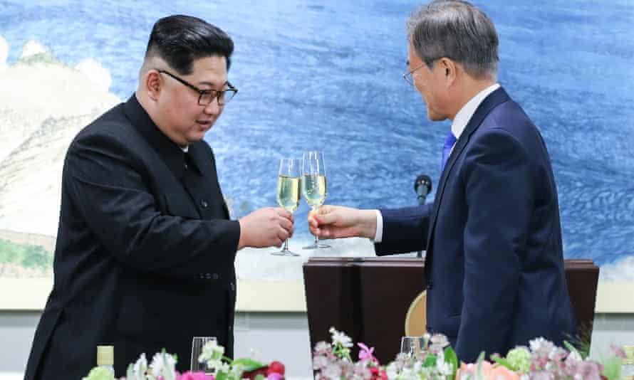 Kim Jong-un and Moon Jae-in raise a toast at the Korean summit