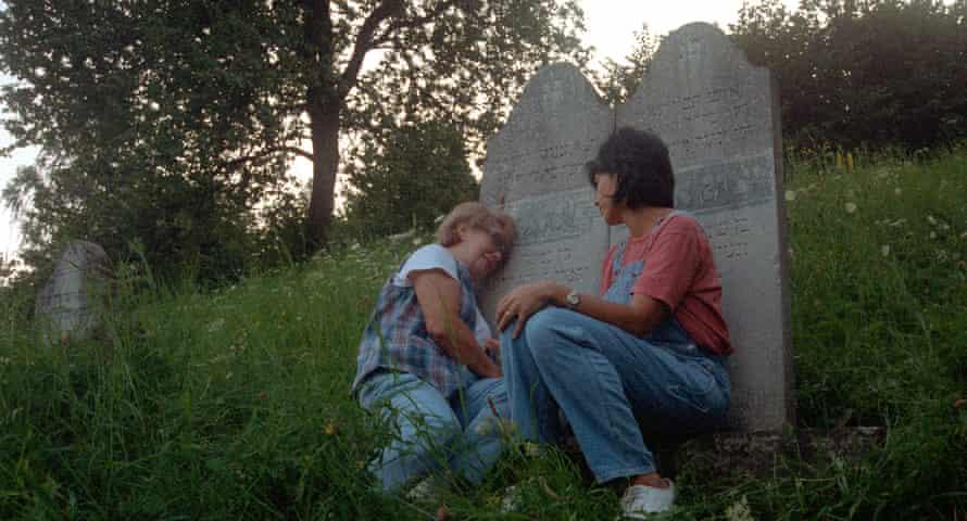ایرن به همراه دخترش رابین به مزار مادربزرگ و مادربزرگ می رود