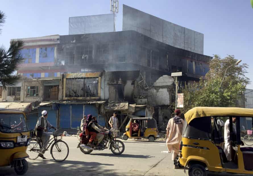Po nedeľných bojoch medzi Talibanom a afganskými bezpečnostnými silami v severoafganskom meste Kunduz boli obchody zničené