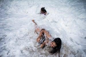 Maria Laura and Sara play among the waves of the beaches of the Tayrona Natural Park