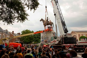 Richmond, US People watch as the Stonewall Jackson statue is removed from Monument Avenue in Richmond, Virginia, after the city's mayor ordered the immediate removal of Confederate monuments