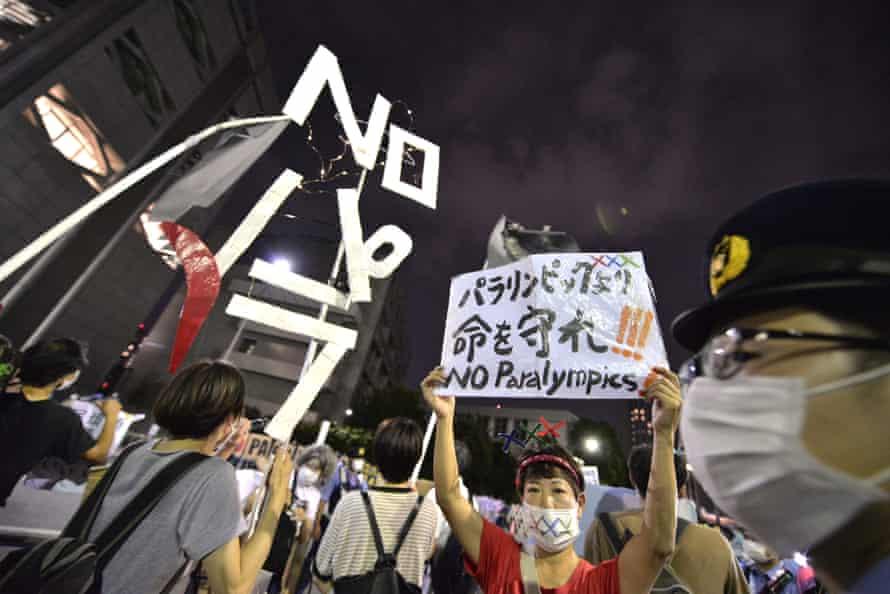 उद्घाटन समारोह के सामने टोक्यो 2020 पैरालिंपिक के विरोधियों।