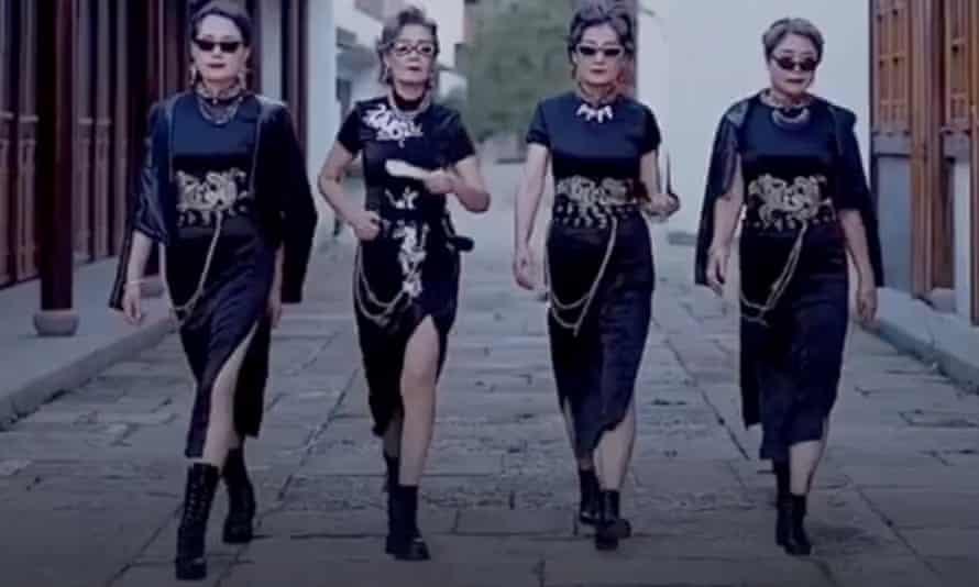 Glamma Beijing ، چهار مادربزرگ مدل آماتور ، بیش از 1 میلیون دنبال کننده در پلتفرم اشتراک ویدیو چینی Douyin دارند.  در TikTok ، بیش از 488،000 نفر آنها را به عنوانfashion_grannies دنبال می کنند.