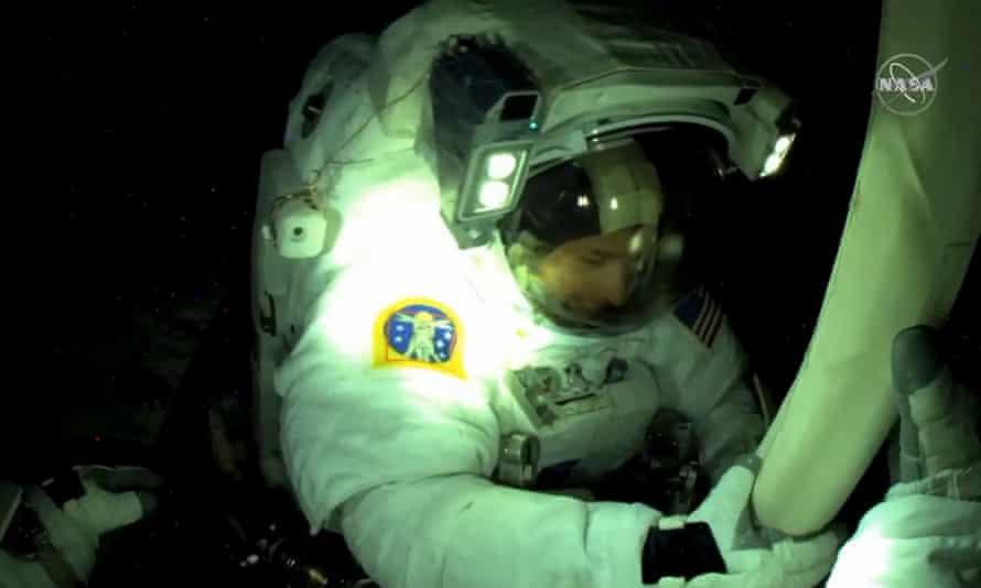 L'astronaute américain Shane Kimbrough est vu depuis la caméra du casque de l'astronaute de l'ESA Thomas Bisquet, boulonnée, tout en ouvrant et en alignant le panneau solaire.