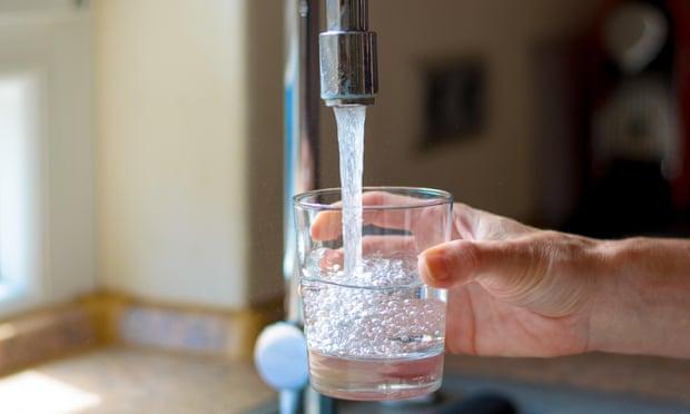 Các sợi nhựa được tìm thấy trong nước máy trên toàn thế giới
