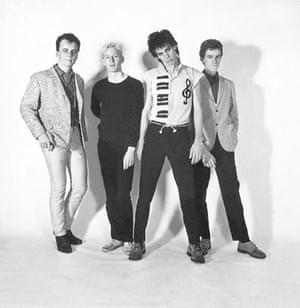 غار ، دومین سمت راست ، با Boys Next Door در اواخر دهه 70