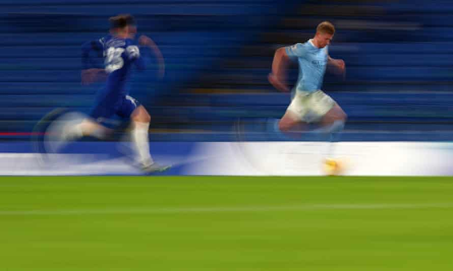 Kevin De Bruyne drifts away from Chelsea's Billy Gilmour.