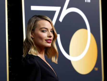 Margot Robbie models the eartuck at the Golden Globes.