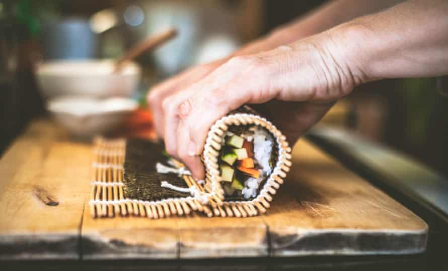 Руло от нарязаните на кубчета ... суши в процес на изграждане.