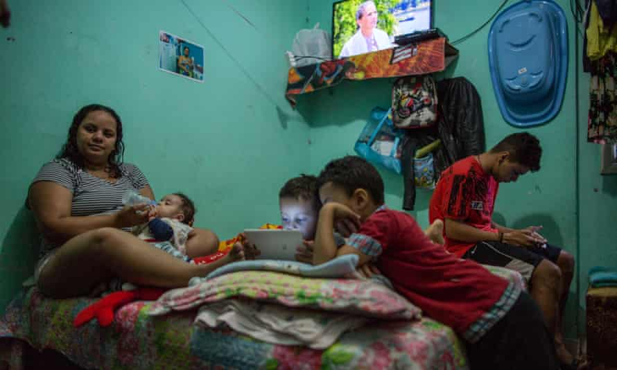 Several people sleep in the same bed in one of the Mauá Occupation apartments