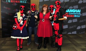 Gail Simone poses with fans at the Comic-Con Shanghai.