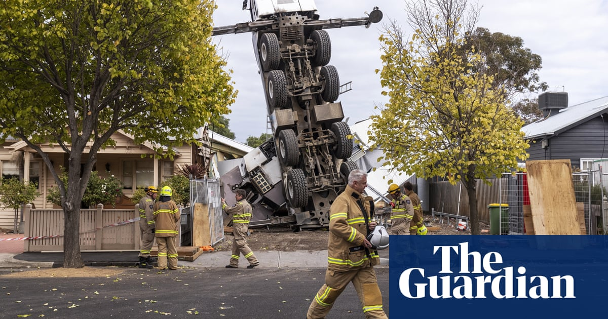 Melbourne crane collapses on two houses and injures workers at