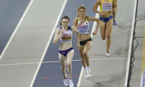 Laura Muir passes Konstanze Klosterhalfen of Germany on the way to 3,000m gold