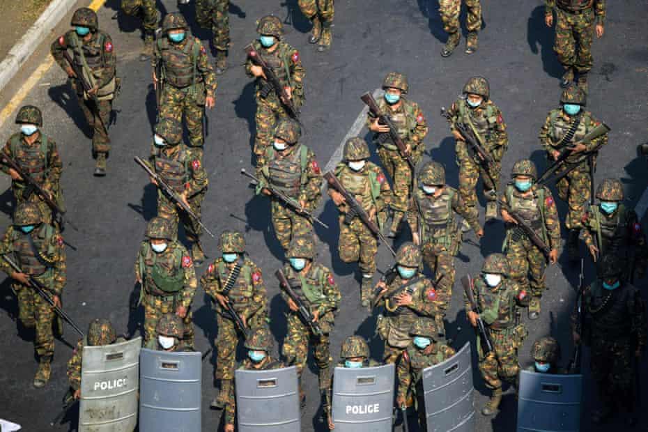 سربازان میانمار در اعتراض به کودتای نظامی در یانگون در امتداد خیابانی قدم می زنند