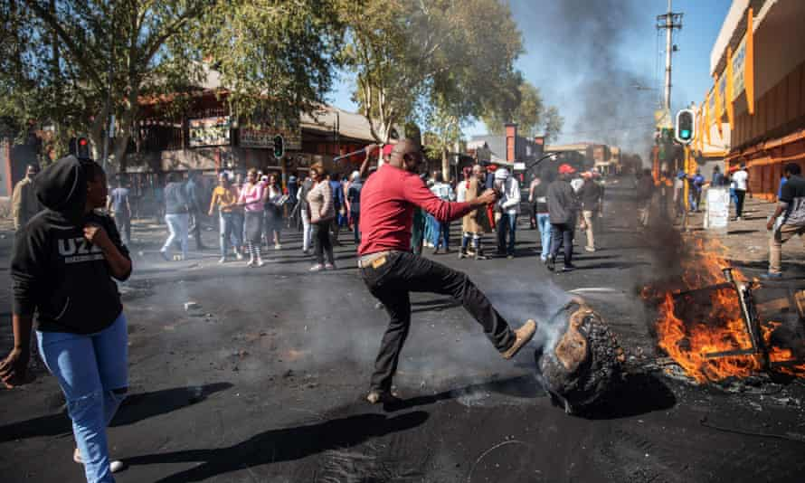 Disturbances in the Johannesburg suburb of Turffontein during looting of foreign-owned shops