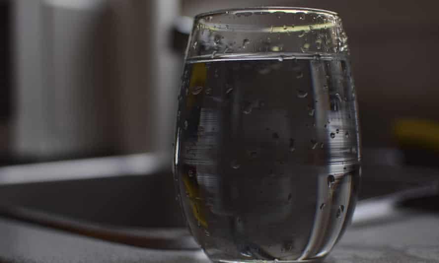 PFAS'a maruz kalmanın en rahatsız edici yollarından biri, fabrikalardan ve diğer tesislerden gelen deşarjlarla kirlenmiş içme suyudur.