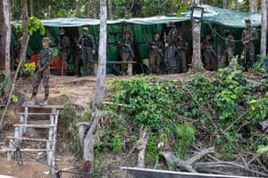 Um posto de controle do exército no rio Uraricoera.