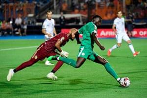 M'baye Diagne beats Algeria's goalkeeper Rais M'Bolhi.