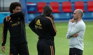 Roberto Martínez, right, talks to Axel Witzel and Romelu Lukaku