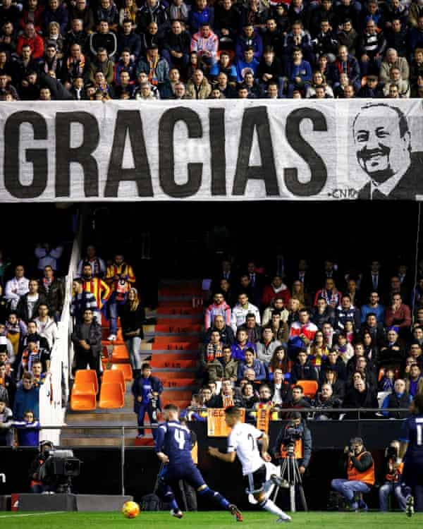 A banner saying 'Gracias' with a picture of Benítez at Valencia in 2016