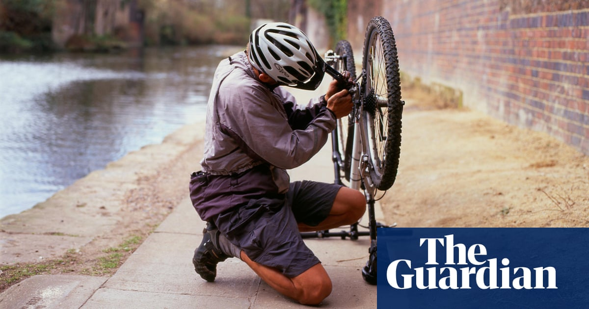 973a1c6f821 Cycling: how to fix a puncture (even if you don't have the right tools)