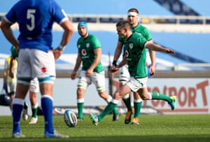 Jonny Sexton fires a penalty over to bring Ireland level.