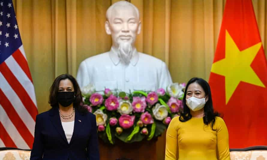 Kamala Harris (L) and Vietnam's Vice President Vo Thi Anh Xuan pose for a photo at the Presidential Palace in Hanoi