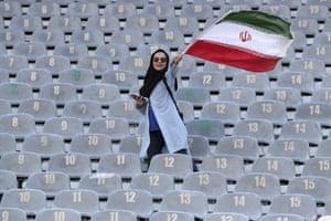 Une Iranienne arrive au stade Azadi de Téhéran pour assister au match de qualification pour la Coupe du monde avec le Cambodge.