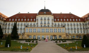 New World Trend Sport News - A pink Easter bunny statue wearing a protective mask is seen in front of the Grand Hote in Sopot, Poland