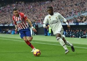 Vinicius Junior is chased by Jose Giménez.