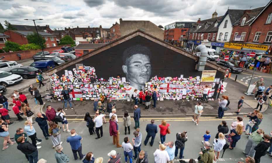 Orangorang melihat pesan dukungan dan mural Marcus Rashford yang baru diperbaiki di Withington