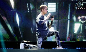 Robotic … Justin Bieber dances on his Purpose tour