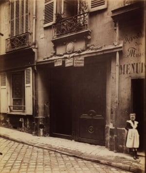 Eugène Atget, Porte, vieille maison, 15 rue Servandoni