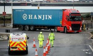 Petugas bersiap untuk memeriksa dokumen ekspor di Dover bulan ini.