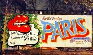Kisses from Paris which is still alive: the message of this mural, also proclaiming that Paris is a land of freedom