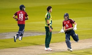 Moeen Ali (à gauche) et Sam Billings ajoutent au total de l'Angleterre.