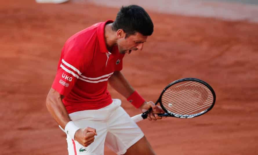 Novak Djokovic merayakan kemenangan dramatisnya di Roland Garros